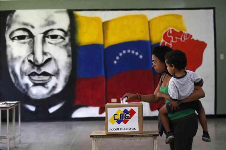 L'Assemblée élue devra rédiger une Constitution remplaçant celle écrite par Hugo Chavez en 1999. Le souvenir de l'ex-président, disparu en 2013, reste vivace.
