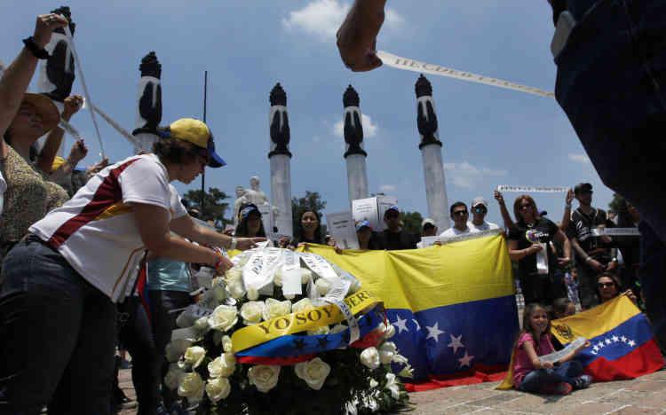 A Mexico, des anti-Maduro ont honoré les quelque 120 tués depuis le début de la crise. Des manifestations ont aussi été organisées à Madrid et en Argentine.