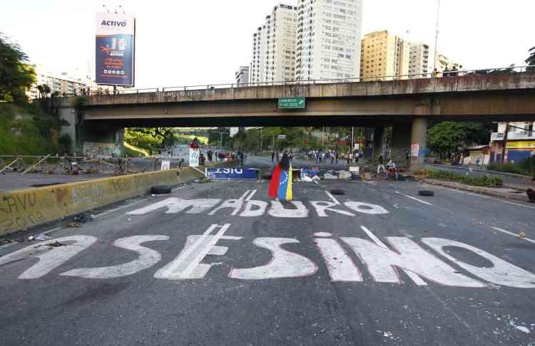 L'opposition avait appelé à boycotter le scrutin et à descendre dans la rue. « Maduro assassin» a été peint sur une route de Caracas.
