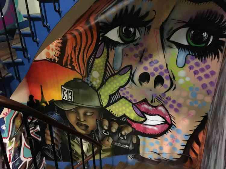 De la cage d'escalier, aux murs des appartements, en passant par les toits de l'immeuble, portraits de femmes, d'animaux, de personnages en tout genre, recouvrent chaque recoin.