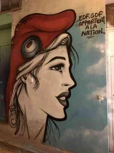 « EDF-GDF appartient à la Nation», rappelle cette Marianne peinte à l'intérieur de l'immeuble.