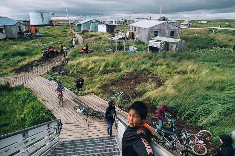 Le village, d'environ 400 habitants, subit le réchauffement climatique depuis plusieurs années. Dès 1996, les habitants de Newtok ont voté pour la relocalisation du village.