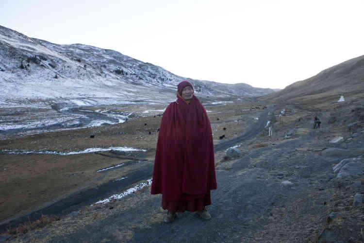 Un moine, photographié à la tombée de la nuit, dans un village à 15 kilomètres de la mine de Jiajika.