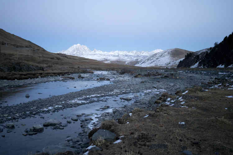 Un affluent de la riviève Liqi, à Genong, près de Tagong, dans la partie de l'ouest du Sichuan. Au fond, Chagra, la montagne sacrée.