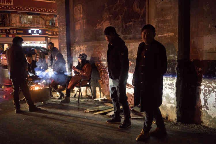 Plusieurs personnes dans les rues de la ville de Kangding.