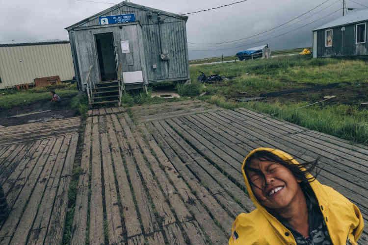 Des cheminements surélevés ont été installés pour pouvoir se déplacer. La situation est telle que dans dix ans, un tiers du village pourrait disparaître.
