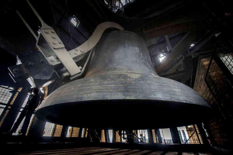 La cloche principale est fissurée depuis 1859 : après sa mise en service, elle fut endommagée par le marteau qui frappait les heures. S'il fut remplacé par un autre, plus léger, la cloche, lourde de plus de 13 tonnes, n'a jamais été remplacée.