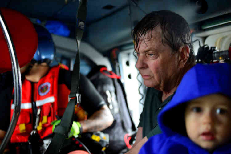 Des habitants sont évacués par un hélicoptère de la Garde côtière, à Houston, le 27 août.