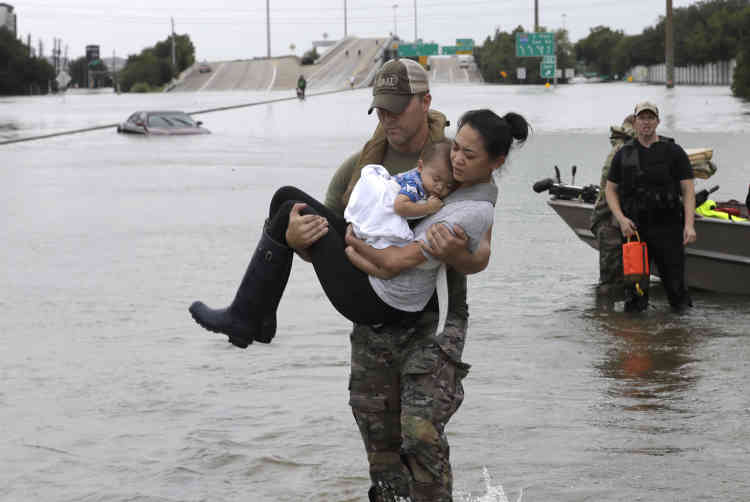 Plus de 50.000 personnes ont dû évacuer des secteurs du comté de Fort Bend, à une cinquantaine de kilomètres de Houston, car la rivière Brazos devrait atteindre cette semaine le niveau record de 18 mètres, soit plus de quatre mètres au-dessus de son niveau de crue.