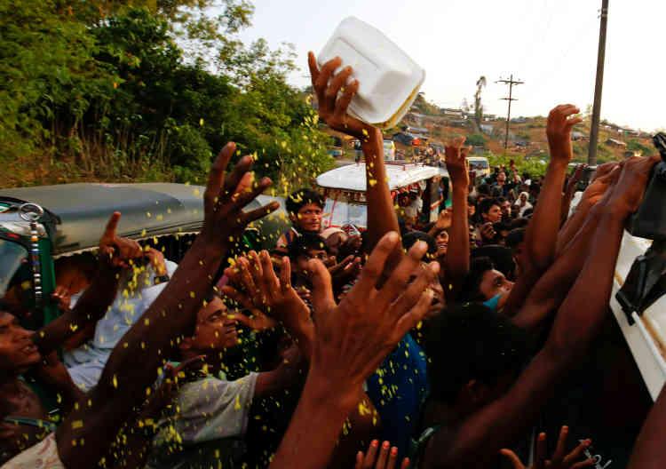 Distribution de nourriture aux Rohingya près de Balukhali, à Cox's Bazar au Bangladesh, le 4 septembre.