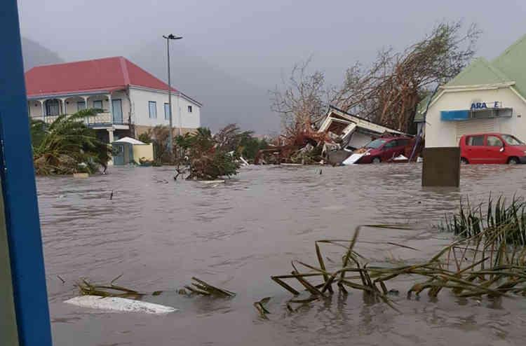 Au moins six morts ont été recensés dans la partie française de l'île de Saint-Martin, alors que le gouvernement néerlandais a dit à propos de l'autre partie que les dégâts étaient «énormes, à tel point que nous n'arrivons pas encore à les mesurer».