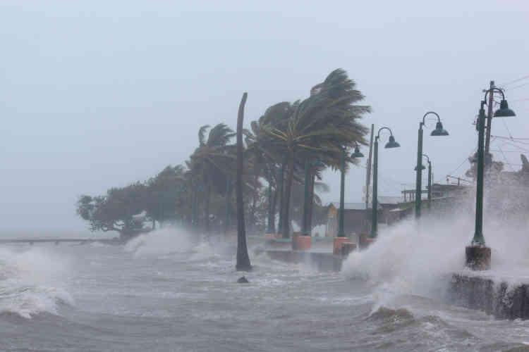 L'ouragan a frôlé le nord de Porto Rico, avec des vents soufflant à 295 km/h, provoquant des coupures de courant et des fortes précipitations, même si l'œil du cyclone est resté au large de l'île. Plus de la moitié des 3 millions d'habitants sont privés d'électricité et des rivières sont sorties de leur lit.