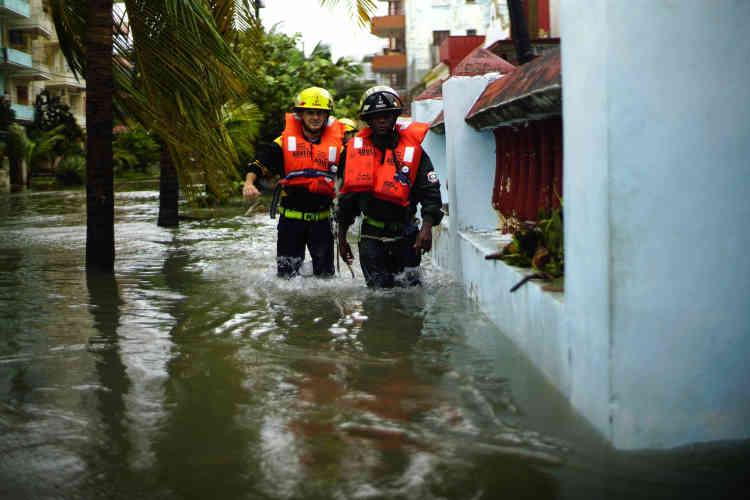 Des équipes de secours opèrent à La Havane, le 10 septembre.
