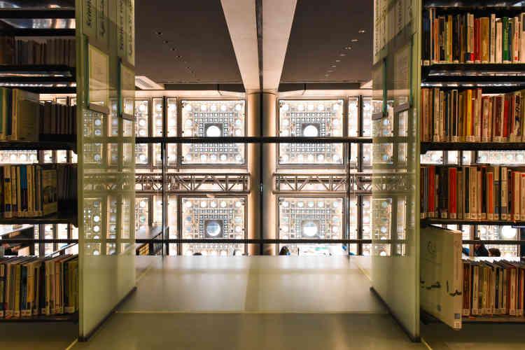 Les moucharabiehs vus de l'intérieur du bâtiment, depuis la grande salle de la bibliothèque.