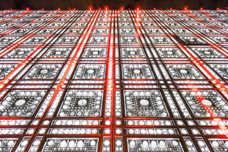 Jeux de lumière géométriques sur la façade de l'IMA.