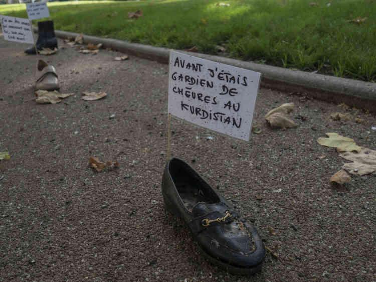 A Montluçon, le promeneur découvre l'installation de chaussures « Pas pieds in Montluçon», suite de « Pas pieds in Calais» imaginée en2016 par Nadège Prugnard et Julie Romeuf.