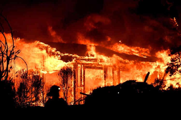 Les pompiers tentaient toujours d'éteindre les flammes dans le comté de Napa, où deux personnes sont mortes. Une autre personne a perdu la vie dans le comté de Mendocino.