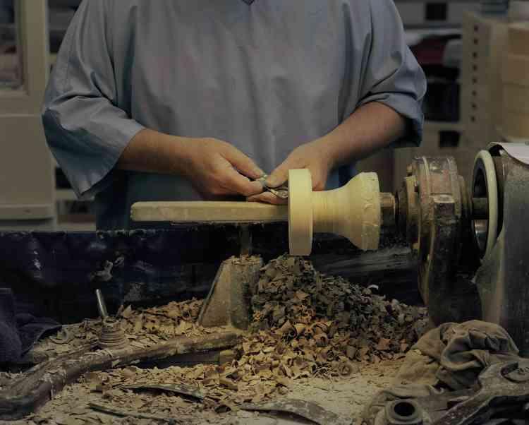 Chez Wedgwood, un artisan en train de couper un objet en jaspe, le matériau signaturede la marque.Le surplus sera récupéré pour créer d'autres pièces.