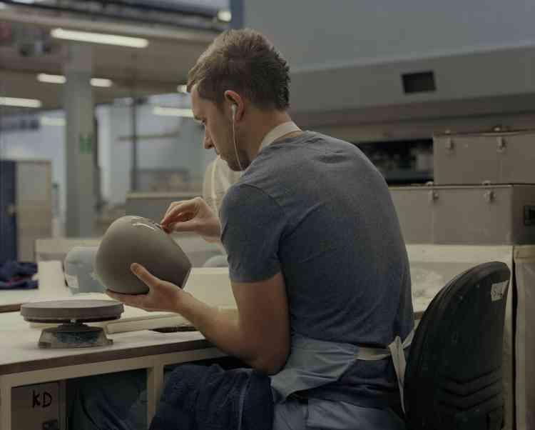 Un employé de Wedgwood lisse un vase. L'entreprise s'investit dans laformation des jeunes. Treize apprentis vontcommencer cette année à travaillerau sein de l'usineoù œuvrent déjà trois cents ouvriers.