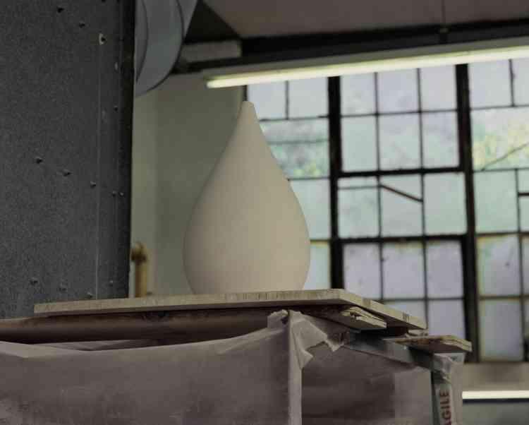 Un abat-jour est en attente de cuisson chez Original BTC. Faute d'entreprise pouvant façonner ses lampes,la marque deluminaires a dû racheter une usine, des outils et un four et se lancerelle-même dansleur fabrication.
