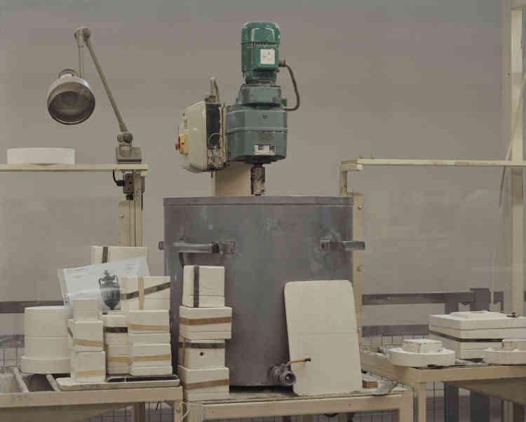 Chez Wedgwood, un robot mélangeur permet à la barbotine de ne pas se figer et de conserver la bonne consistance.