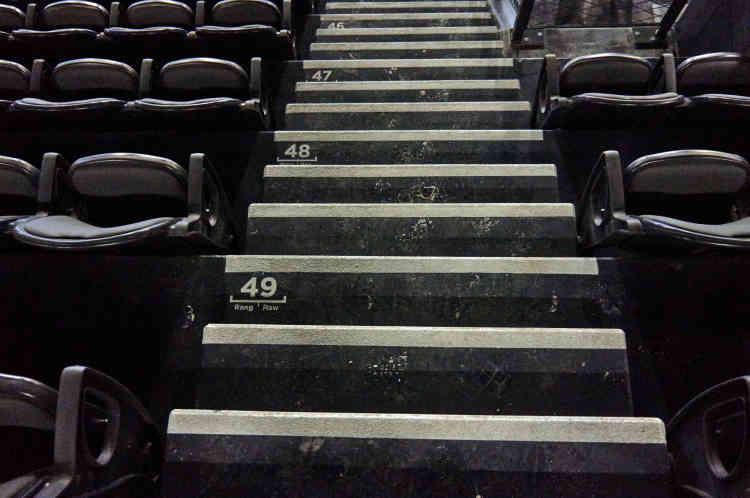 Les trois niveaux de gradins sont équipés de sièges rembourrés, à assise rabattable avec accoudoirs. En configuration de match, l'U Arena peut recevoir de 15000 à 30000 spectateurs et en configuration spectacle jusqu'à 40000, en occupant l'espace central au sol, la pelouse synthétique étant alors protégée par des plaques amovibles.