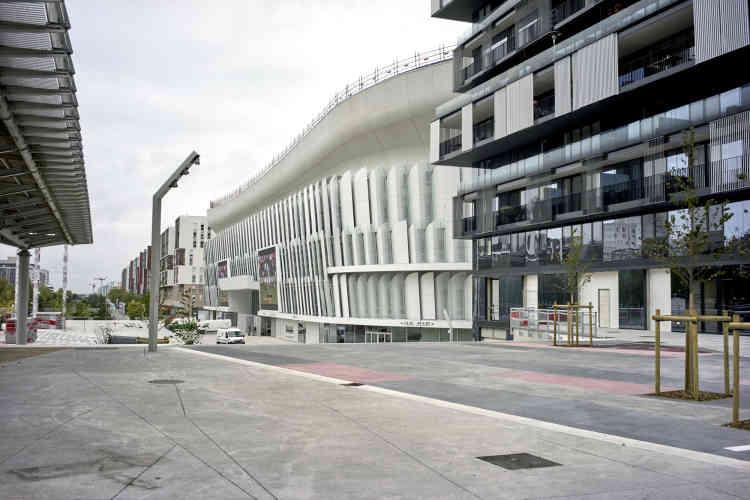 Le bâtiment de l'U Arena est l'œuvre de l'architecte Christian de Portzamparc. Sa surface est recouverte de formes en écailles. A la nuit tombée, la blancheur du site pourra se parer de couleurs grâce à des jeux de lumière.