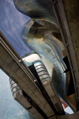 Le Musée de la culture pop, à Seattle, contruit par Frank Gehry. La photo a été prise sous un train monorail.