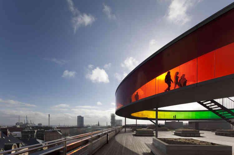L'Aros Aarhus Kunstmuseum, l'un des plus grands musées d'art d'Europe, est situé à Aarhus, au Danemark. La partie colorée est une œuvre d'Olafur Eliasson, artiste contemporain danois.