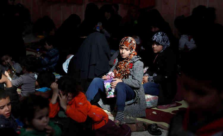 Une jeune fille attend son évacuation dans la mosquée de Rakka, le 12 octobre.