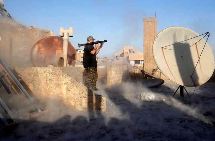 Un citoyen américain, qui s'est engagé comme volontaire auprès des Forces démocratiques syriennes, procède à un tir avec un lance-grenades, le 6 octobre.