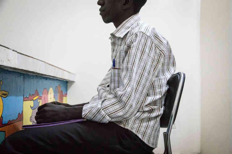 Ali était directeur financier à Bangui, la capitale centrafricaine. Il confie qu'il souffre de troubles psychologiques depuis la crise centrafricaine. Caché sous un lit, il a vu sa famille se faire tuer.