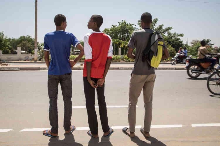 De gauche à droite, Mokrane, 17 ans, Ibrahim, 14 ans, et Mahamat, 22 ans, dans les rues de N'Djamena. Les trois frères viennent de terminer leur audition dans le cadre de la mission de l'Ofpra.