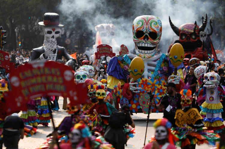 C'est la deuxième année que Mexico City accueille cette parade, idée née de la séquence d'ouverture de« Spectre», le James Bond sorti en 2015.