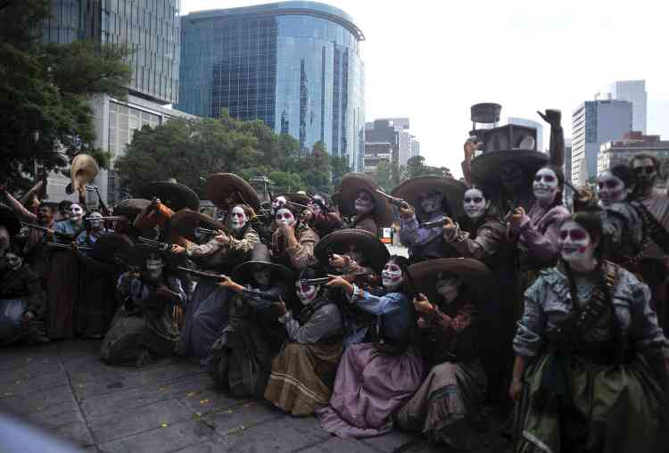 Des femmes habillées en Adelitas, le nom donné aux femmes qui ont participé à la libération du Mexique.