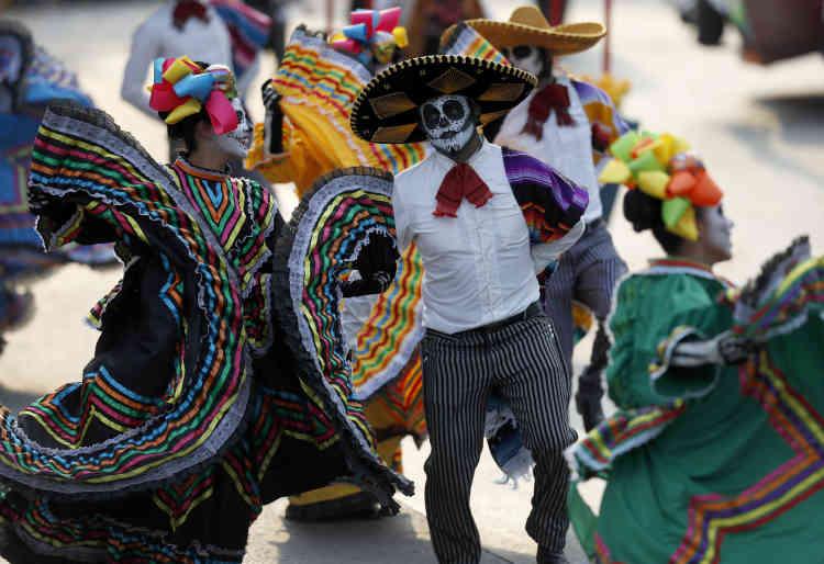 Sûre que les festivités montrées dans le film attireraient les touristes, la ville a décidé de créer une parade.