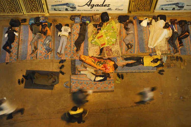 Les voyageurs attendent le bus qui partira dans la nuit à destination d'Agadez.