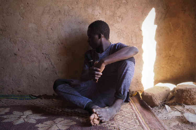 Souleyman, 14ans, attend de réunir les 800000francs CFA (1200euros) nécessaires pour partir en Italie via la Libye. Il est arrivé de Guinée il y a trois semaines.