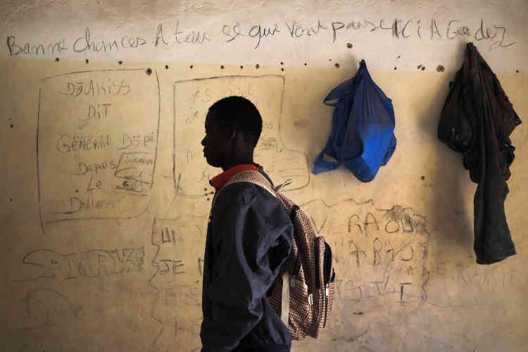 Abdelaziz, 16ans, dans une chambre du quartier Misrata. Sur le mur: «bonne chance à tous ceux qui vont passer ici».