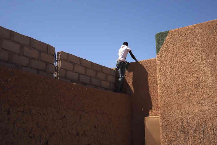 Des migrants clandestins sont toujours présents à Agadez. Dicko, 16ans, attend d'avoir assez d'argent pour quitter son ghetto du quartier Misrata et rejoindre la Libye.