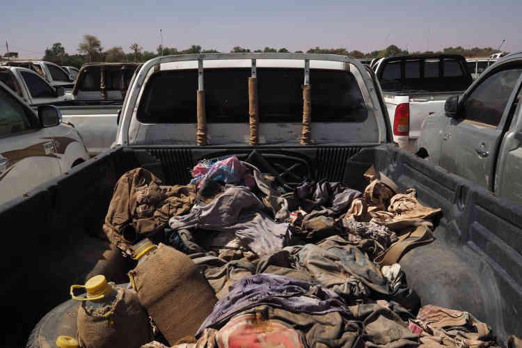 Dans le dépôt de la police ont été entreposés les 107 véhicules de passeurs saisis. Des effets personnels appartenant aux voyageurs sont encore présents à l'arrière des 4x4.