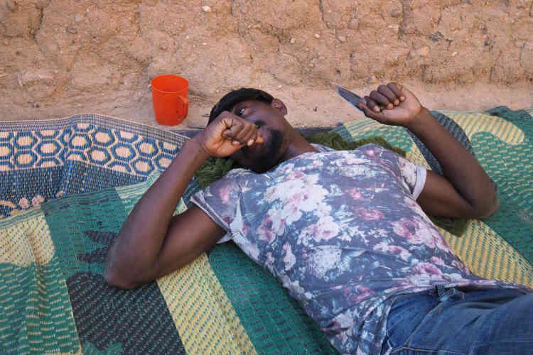 Adebayor, Togolais de 28ans, est l'un des14 rescapés d'un convoi de 75voyageurs dans le désert nigérien. «Les autres ont disparu!» Il est déterminé à partir vers la Libye malgré le danger.