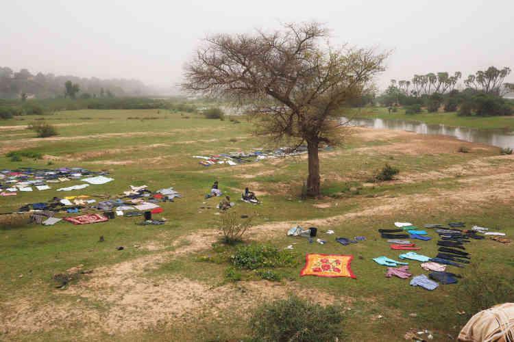 Des lavandiers font sécher du linge au bord du fleuve Niger.