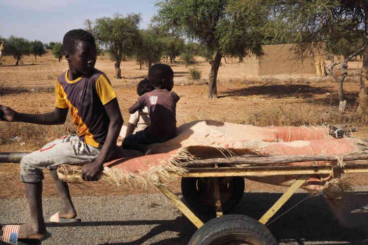 Sur la route entre Tillabéri et Ayorou. Les transports à travers le pays ont toujours été possibles à bord de véhicules partagés.