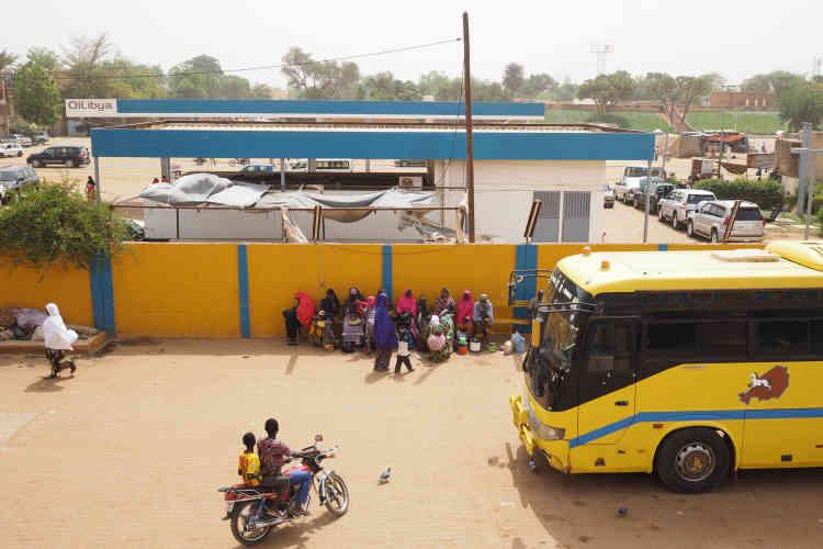 Les bus Sonatrans desservent tout le Niger et jusqu'à Ouagadougou, au Burkina Faso.