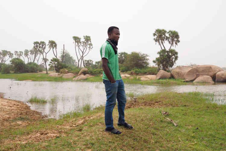 Kofi a 24ans, il est originaire du Togo. Il a quitté son pays d'origine en septembre pour tenter sa chance au Niger et monter son business de frippe à Niamey. Pour démarrer sa nouvelle vie, il donne des cours particuliers à des collégiens.