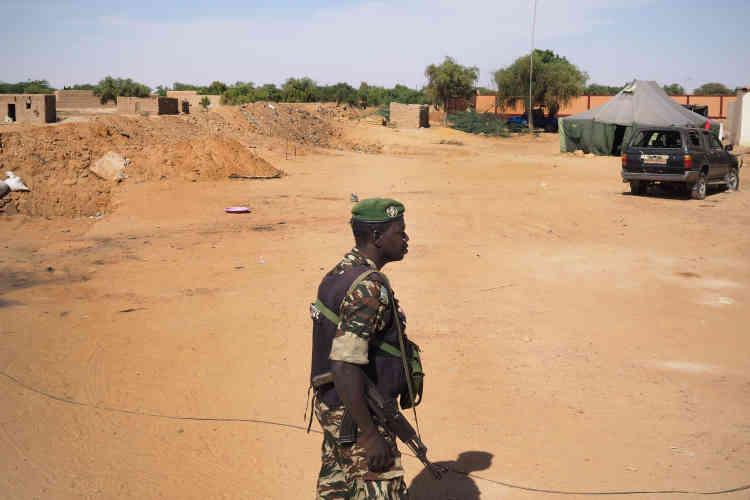 Le Niger, à sa frontière avec le Mali, vit sous la menace terroriste. La gendarmerie d'Ayorou a été lourdement attaquée et pillée, le 21octobre, par un groupe djihadiste. L'attaque, la deuxième cette année, a fait 13victimes du côté des gendarmes.
