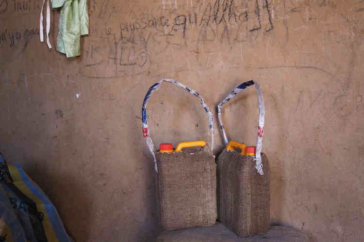 Des jerricans bricolés dans le ghetto du quartier Tadresse.