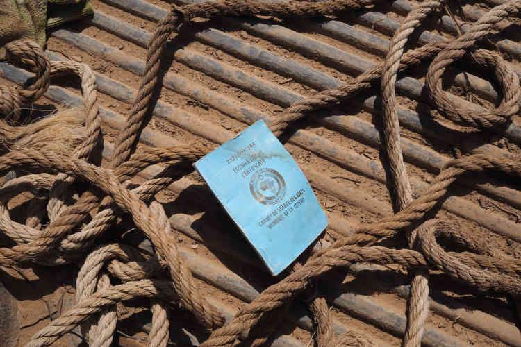 A l'arrière d'un ancien 4x4 de passeur, un carnet de circulation des Etats membres de la Communauté économique des Etats de l'Afrique de l'Ouest(Cédéao).