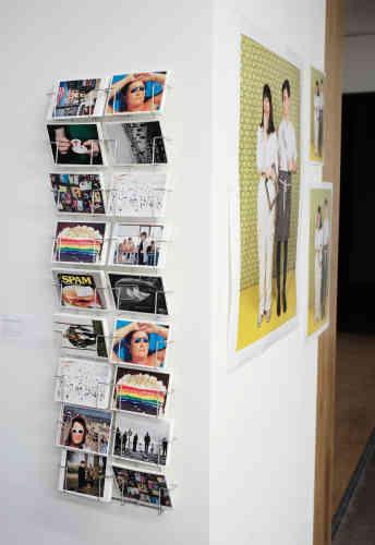 Parmi les livres en vente dans la boutique de la fondation, on trouve aussi des cartes postales, un format cher à Martin Parr. A côté, un portrait de famille réalisé à la Rocket Gallery à Londres, en 2012, accueille les visiteurs.